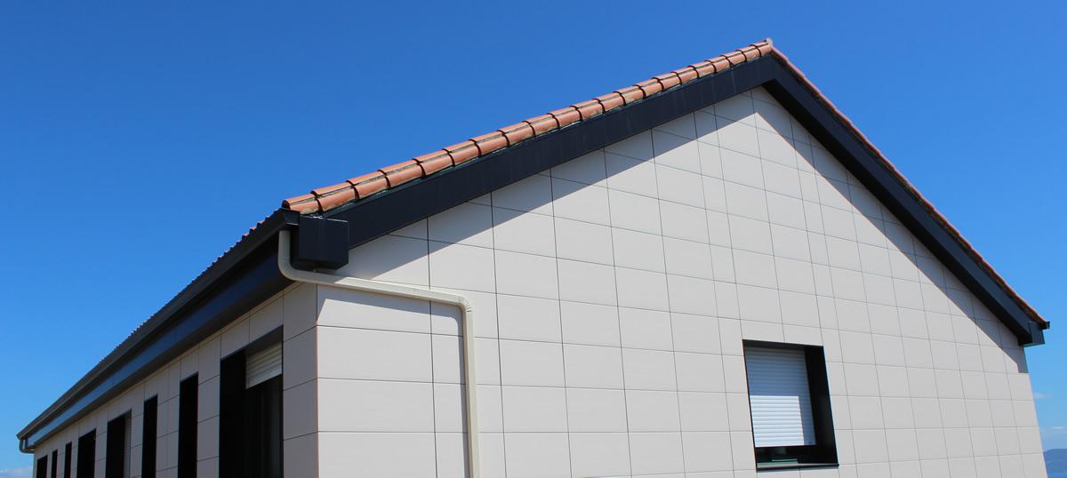Imagen principal de fachada con placa cerámica CERAM 20 en Moltalvo, Sanxenxo