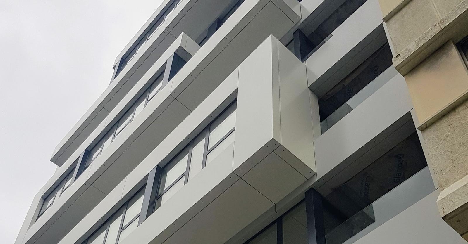 Imagen de detalle de la fachada en la Calle Caballeros de A Coruña con acabado composite LEMA STACBOND