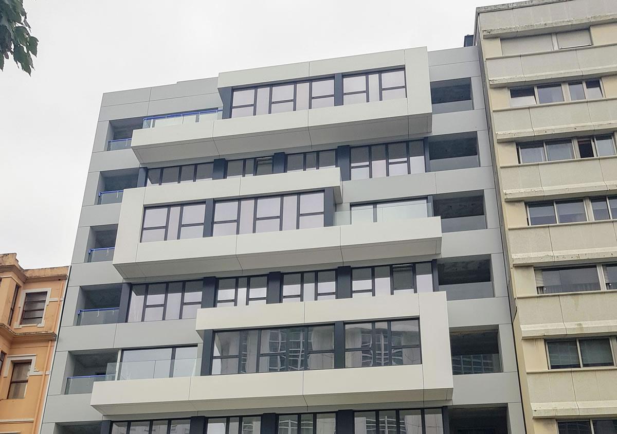 Imagen detalle de fachadas en Calle Caballeros acabado composite